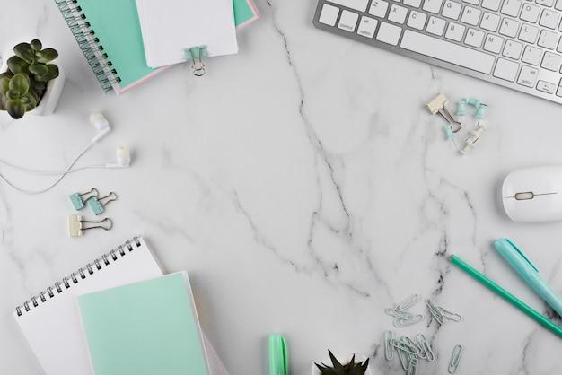 Elementos del lugar de trabajo en la vista superior de la mesa de mármol
