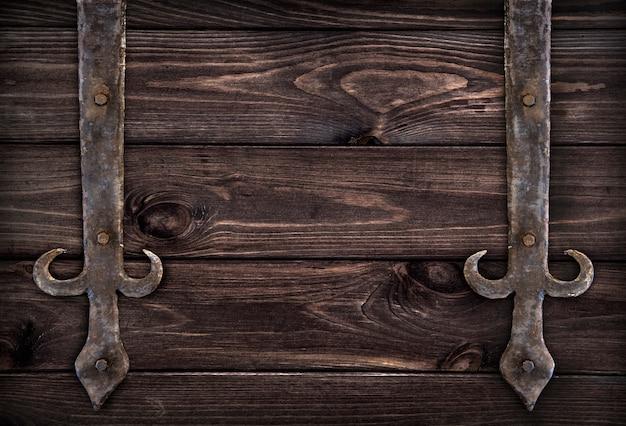 Elementos de metal forjado sobre madera oscura.