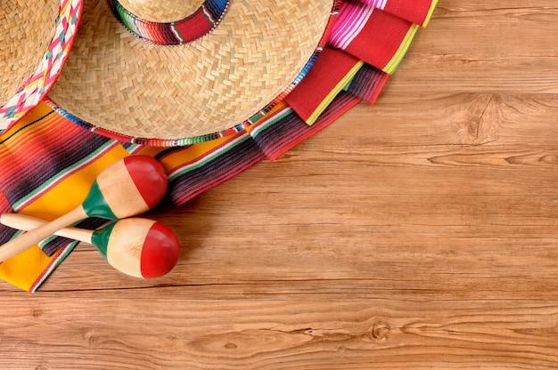 Elementos mexicanos sobre el suelo de madera