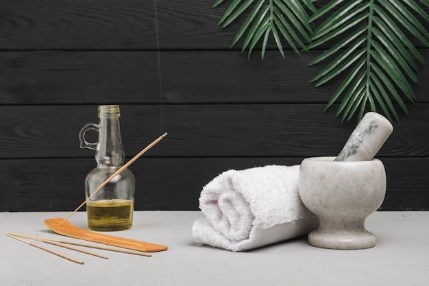 Elementos naturales de spa con incienso aromático