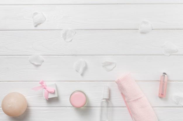 Elementos naturales de spa con productos de belleza