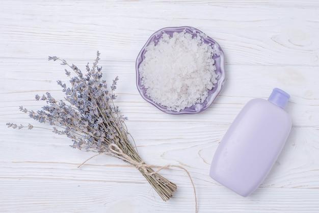 Elementos naturales de spa con sales de baño