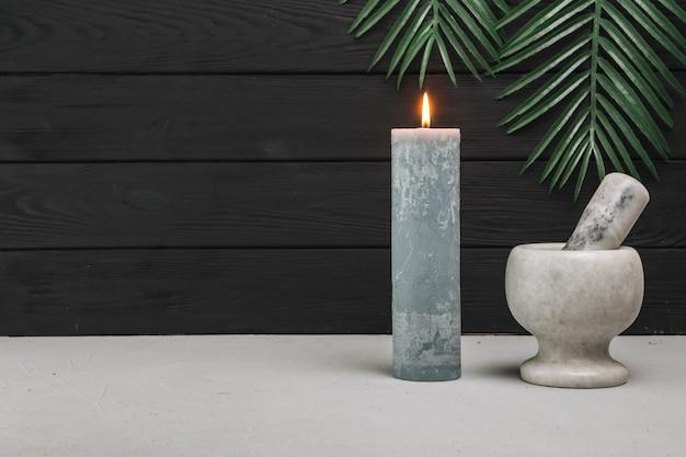 Elementos naturales de spa con velas
