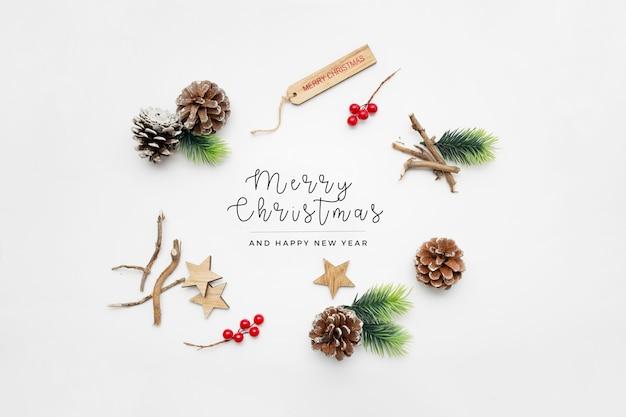 Elementos navideños en mesa blanca