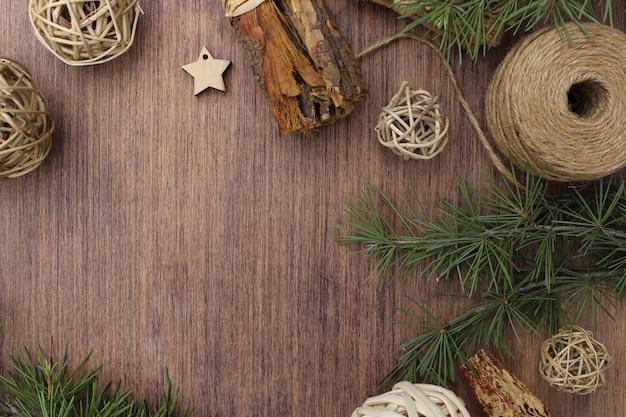 Elementos navideños sobre fondo de madera