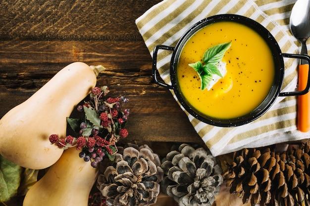 Elementos de otoño y sopa