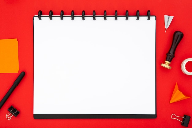 Elementos de papelería con bloc de notas vacío