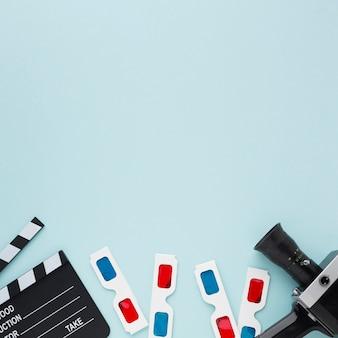 Elementos de película plana en fondo azul con espacio de copia