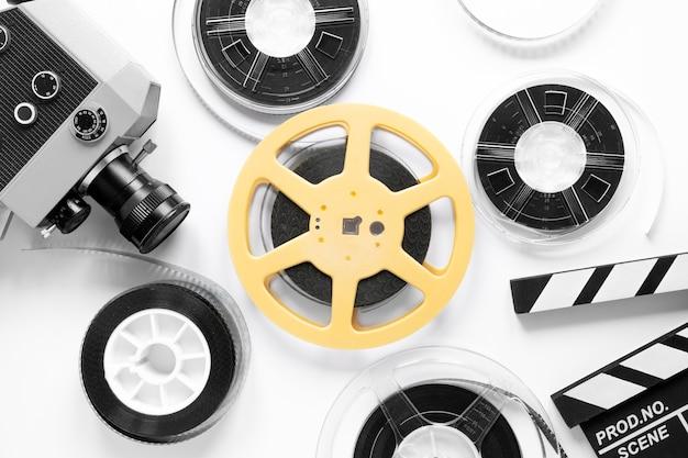 Elementos de la película sobre fondo blanco.