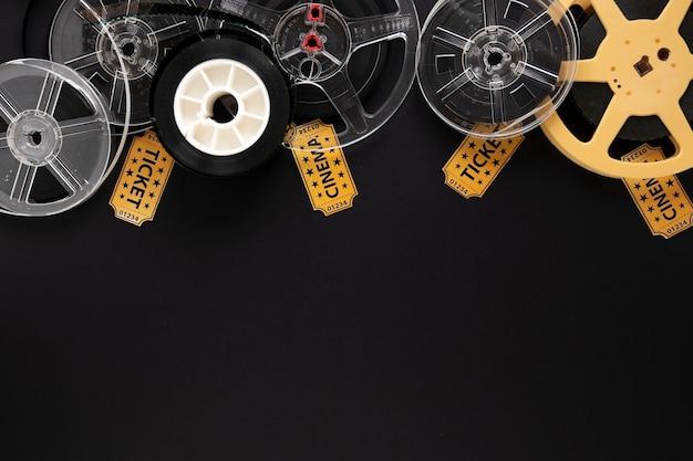 Elementos de la película sobre fondo negro con espacio de copia