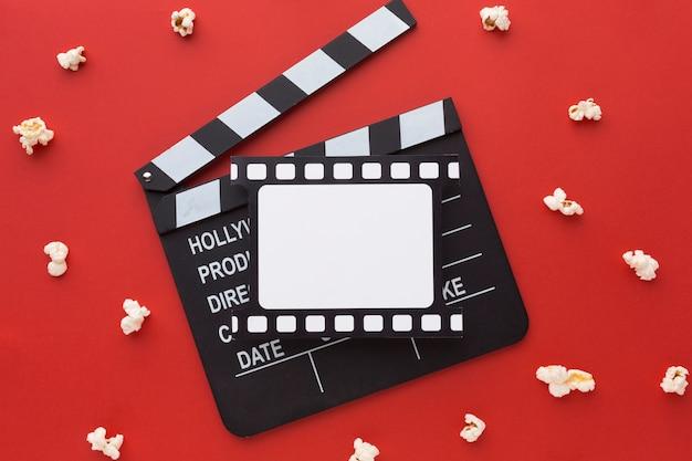Elementos de la película sobre fondo rojo.