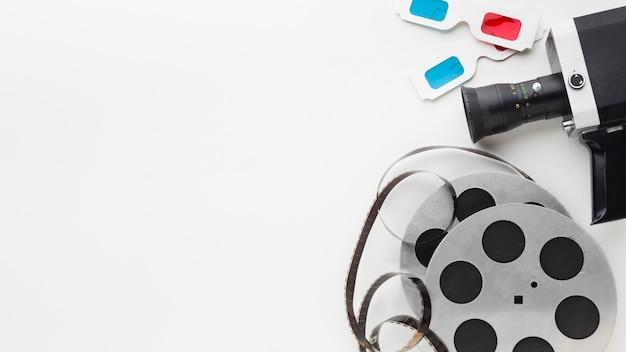 Elementos planos de película sobre fondo blanco con espacio de copia