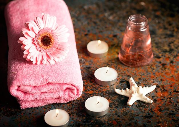 Elementos spa con toalla y velas.
