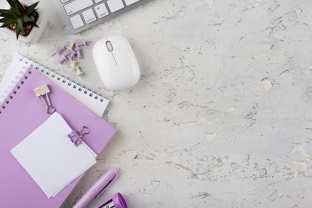 Elementos de trabajo de vista superior en mesa de mármol