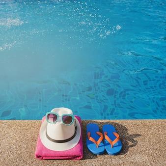 Elementos veraniegos listos junto a la piscina