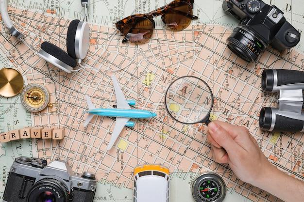 Elementos de viaje sobre mapa vintage