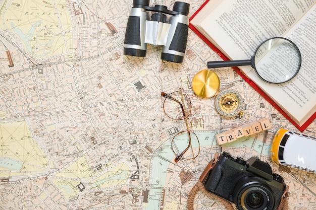 Elementos de viaje sobre mapa