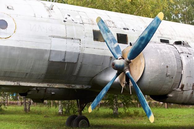 Elementos de un viejo avión militar soviético