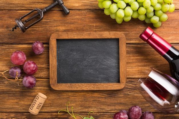 Elementos para vino tinto con espacio de copia de maqueta.