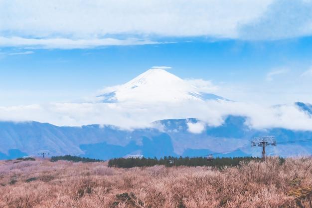 Elevador del teleférico hakone a la montaña owakudani con fuji al fondo