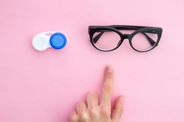 Elija entre anteojos y lentes de contacto debido a mala visión borrosa y miopía. cuidado de ojos