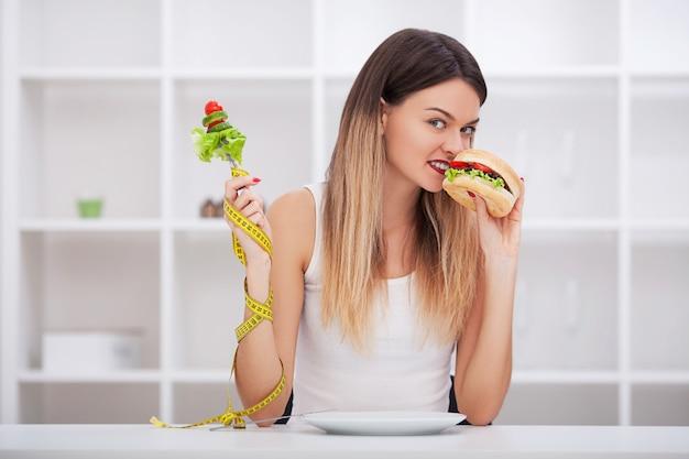 Elija entre comida chatarra versus dieta saludable