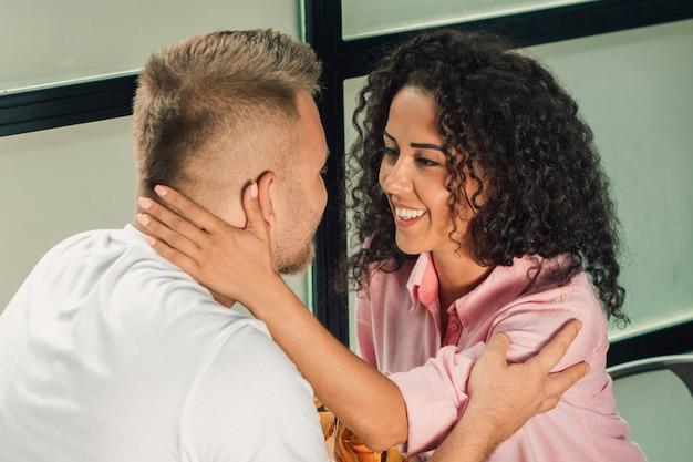 Ella le dijo que sí. primer del hombre joven que besa la mano de su esposa mientras que hace propuesta de matrimonio al aire libre.