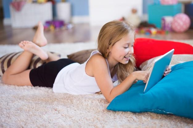 A ella le encanta jugar juegos en línea