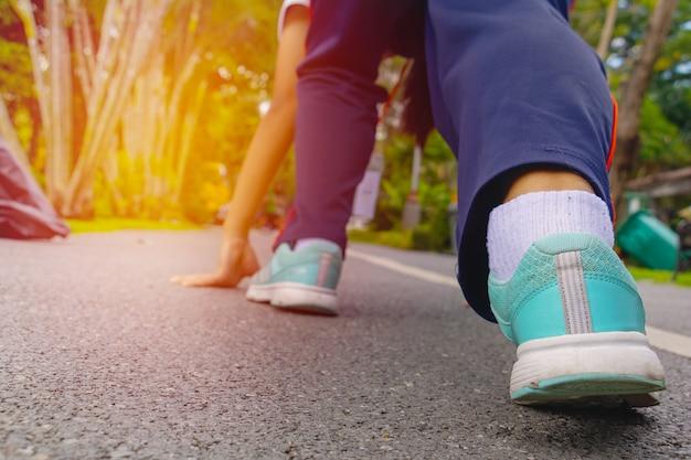 Ella lleva zapato y sube a la carretera.