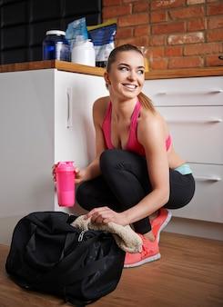 Ella siempre tiene bebida proteica en su bolsa de gimnasia.