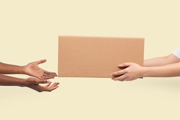 Embalaje de caja de papel para concepto de entrega
