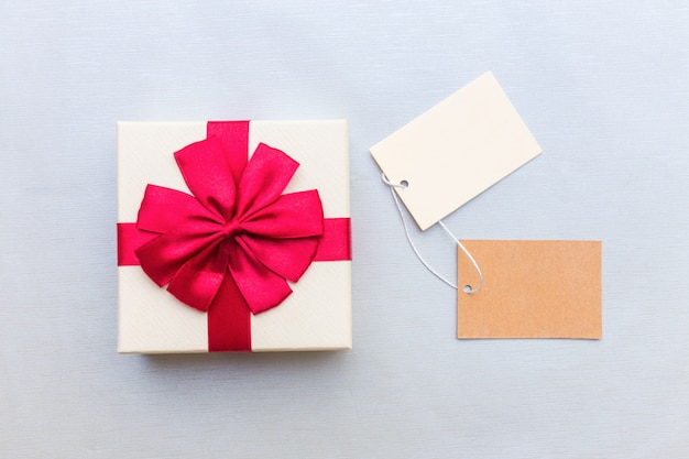 Embalaje caja de paquetes rojo con etiqueta.