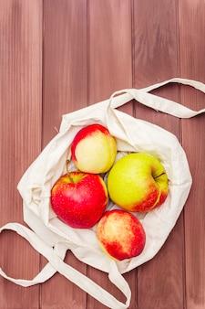 Embalaje ecológico, cero desperdicio para compras gratuitas de plástico. frutas frescas en bolsa textil