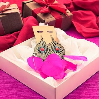 Embalaje festivo cajas de regalo decoradas con lazo de cinta de raso.