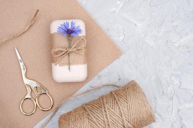 Embalaje de jabón natural hecho a mano.