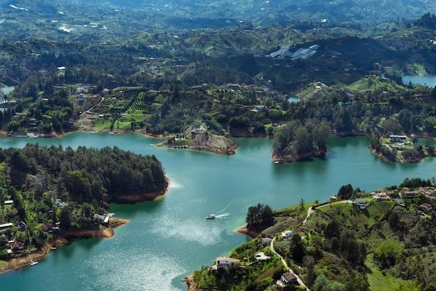 Embalse de el peñón de guatapé. antioquia colombia. paisaje de agua