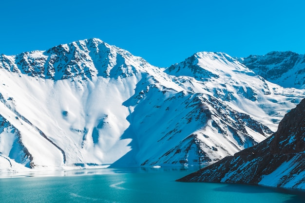 Embalse el yeso // cordillera nevada con una laguna