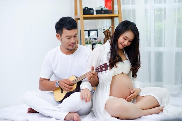 Las embarazadas disfrutan de sus maridos, cantando canciones para sus hijos con amor.