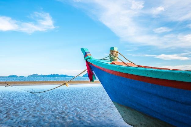 Embarcaciones aparcadas junto al mar y al hermoso cielo en verano.