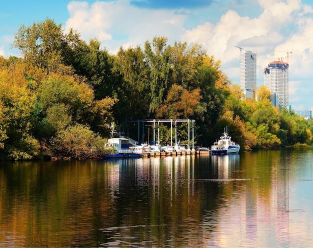 Embarcaciones a motor en el muelle durante la temporada de otoño antecedentes