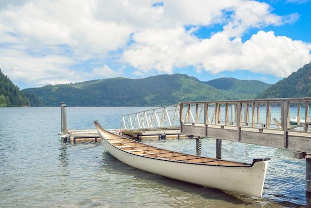 Embarcadero de madera en el lago de montaña