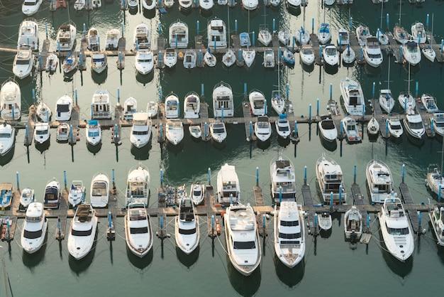 Embarcadero del puerto deportivo del puerto de yates, yates de embarcaciones y yates que esperan el mar abierto.