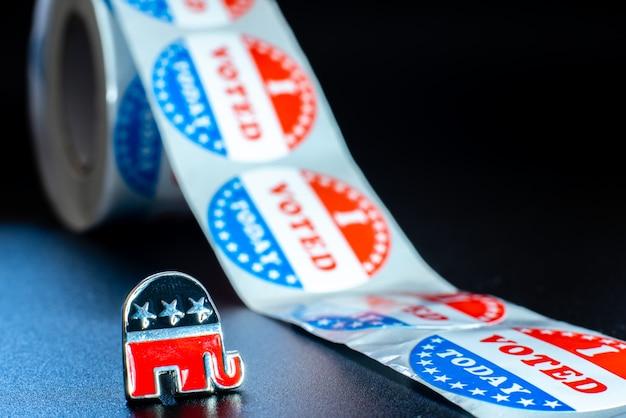 Emblema del partido republicano americano, un elefante, junto con calcomanías de votación el día de las elecciones.