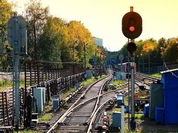Embranchment ferroviario dramático con fondo de transporte de semáforo