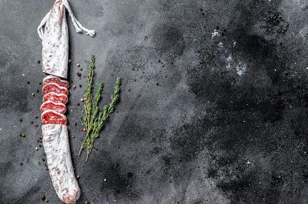 Embutido de salami seco español fuet.