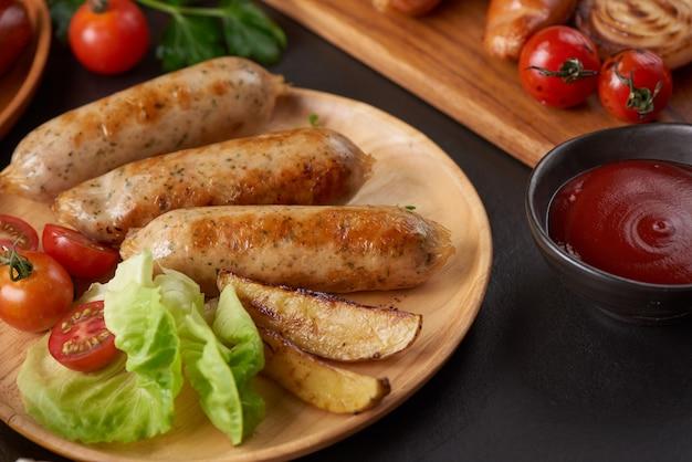 Embutidos e ingredientes para cocinar. salchicha a la parrilla con la adición de hierbas y especias.