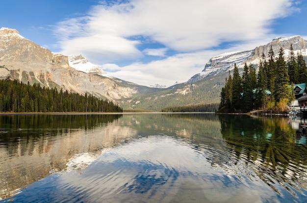 Emerald lake en el parque nacional yoho, columbia británica, canadá