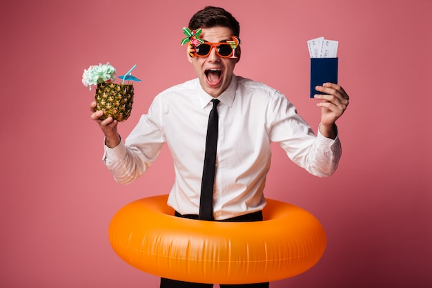 Emocionado feliz joven empresario con anillo de goma