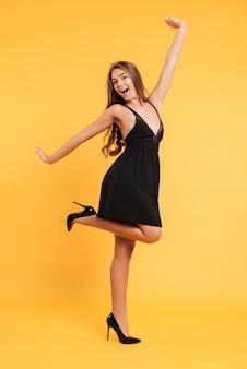 Emocionado feliz jovencita vestida de negro