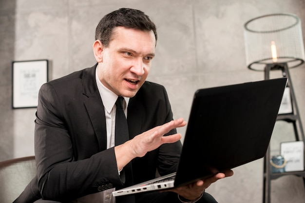 Emocionado joven empresario explicando y gesticulando